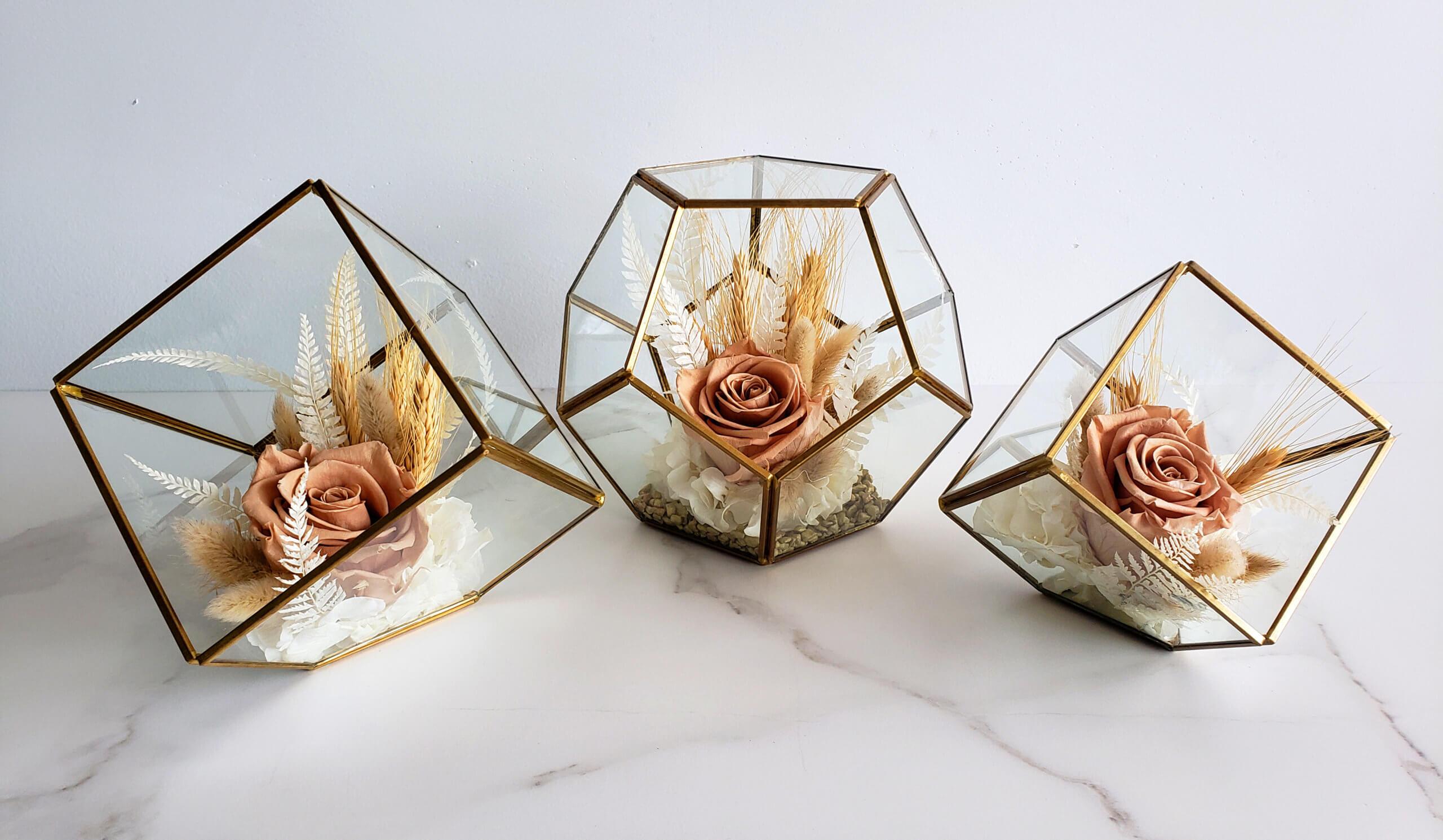 Trio de vases géométriques avec fleurs séchées
