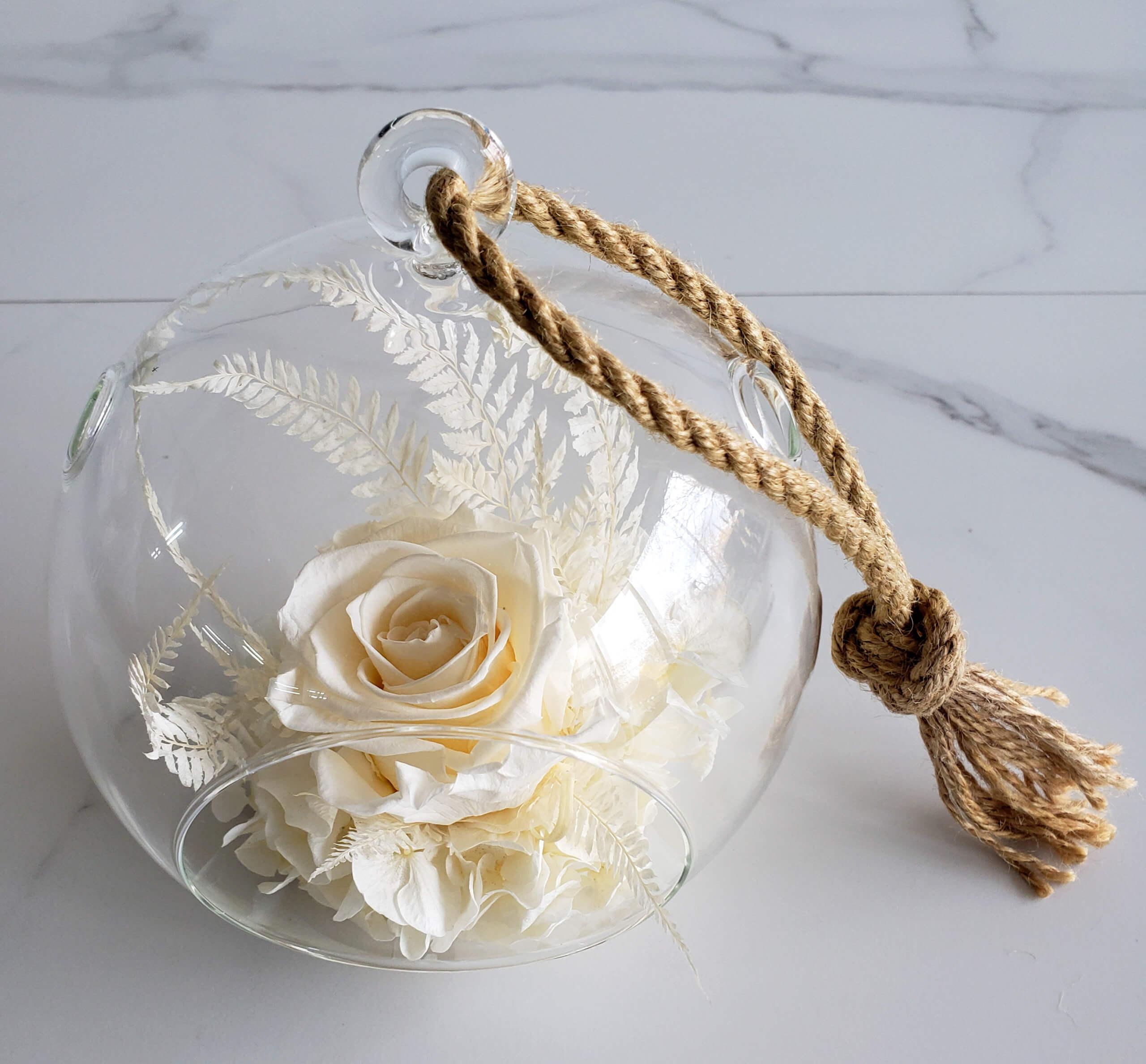 Boule en verre avec fleurs séchées