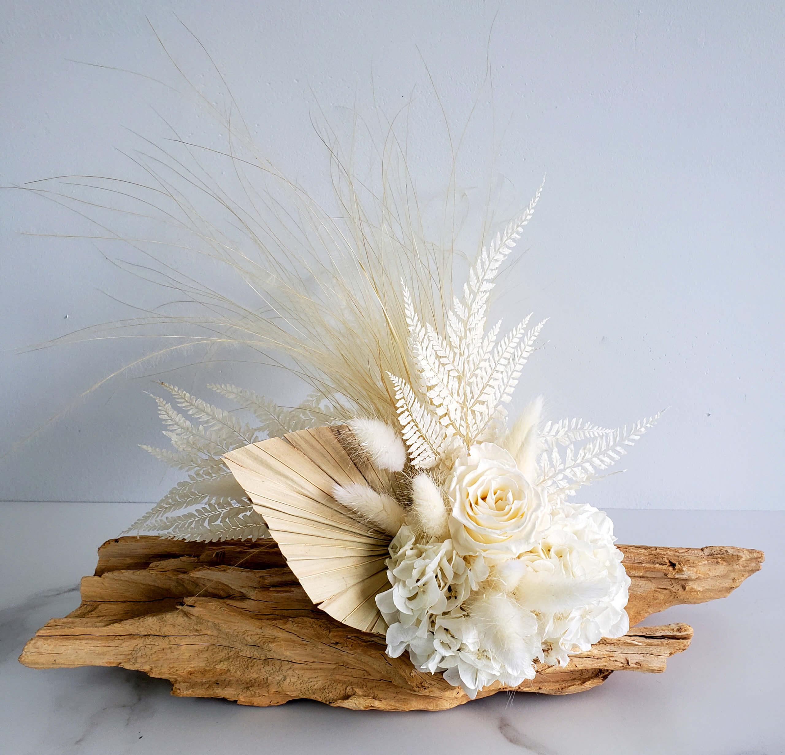 Arrangement de fleurs séchées sur bois