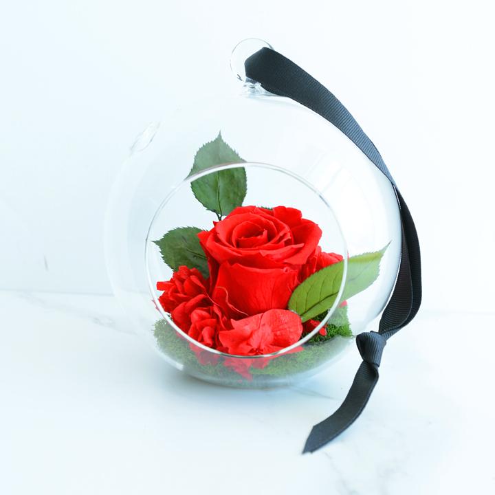 Sphère de fleurs séchées rouges