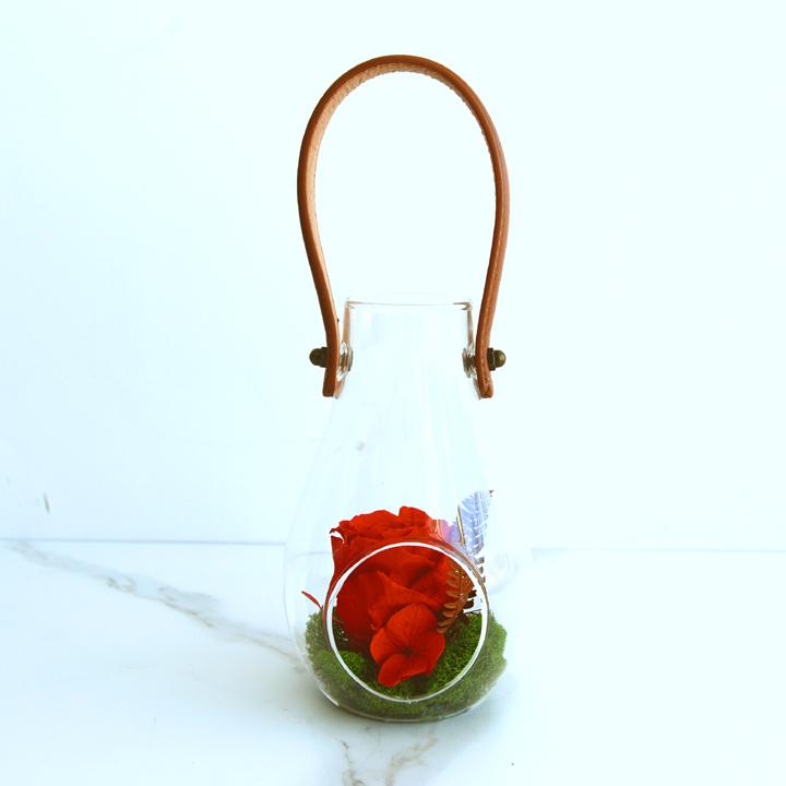Vase lanterne de fleurs séchées rouges